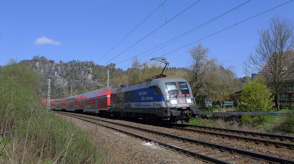 """Lokomotive im Doppelpack, im Hintergrund zu erkennen, die Felsformatin """"Lokomotive"""""""
